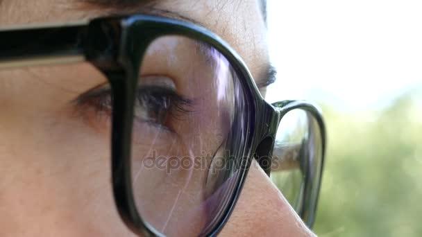 Mladá žena hledá v brýlích