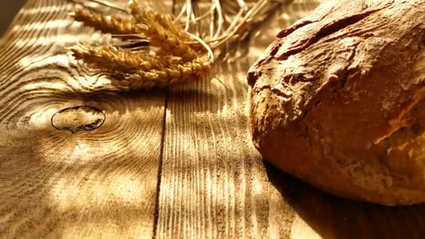 frisches Brot auf dem Tisch.