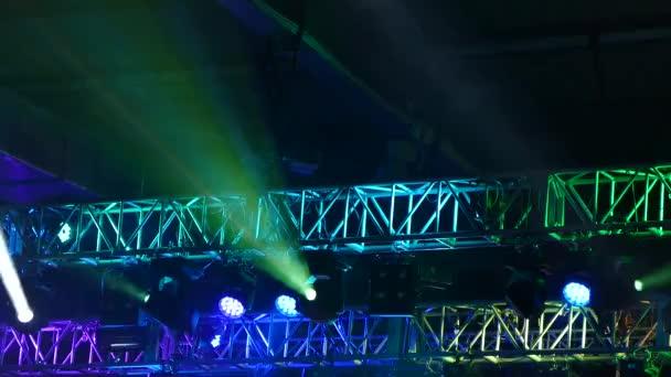 Světlo na scéně. Osvětlení koncertu.