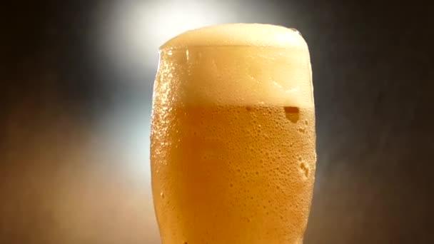 Pivo se nalije do sklenice. Pivní pěna se přelije ze skla. Čerstvý a chladný nealkoholické nápoj.