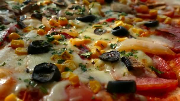 Rozvoz pizzy v krabici. Vynikající pizza šťavnaté a krásná je řez s kulatým nožem. Rodina jí pizza s žampiony, olivami, sýrem a rajčaty.