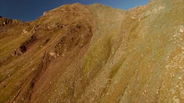 Lezení po svahu hory v Alpách