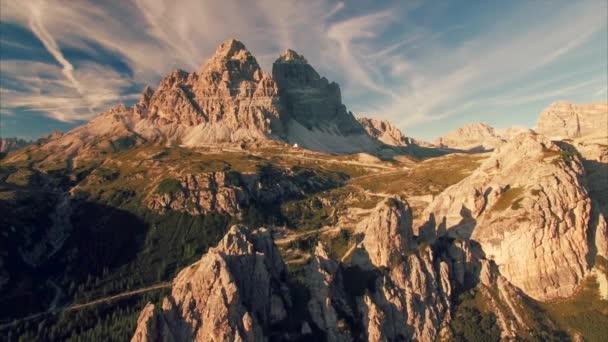 Pohoří Tre Cime v Dolomitech na slunečný letní den