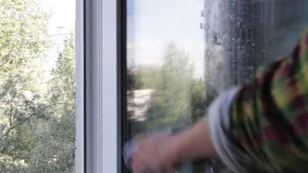 Úklid domu. Čištění oken