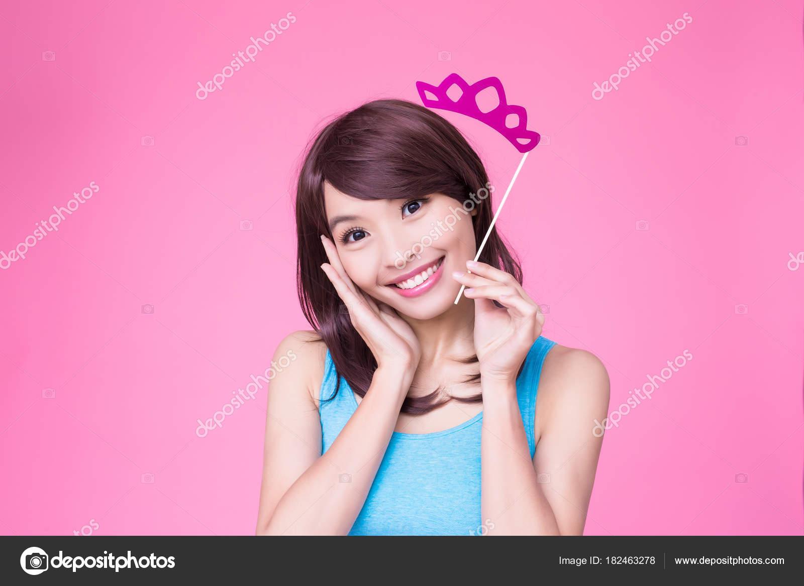 Frau Mit Papier Partei Stick Mit Krone Auf Dem Rosa — Stockfoto ...