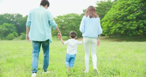 fiatal szülők séta gyerekkel