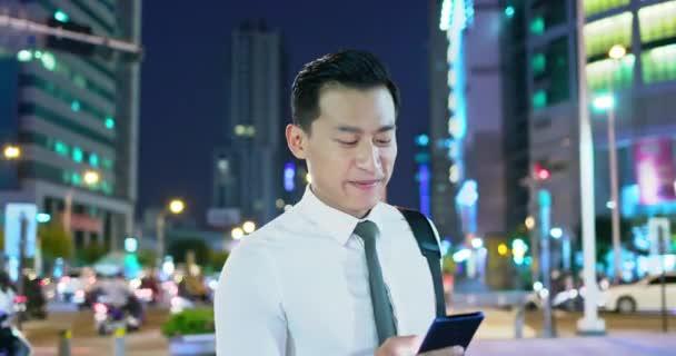 Geschäftsmann benutzt Telefon im Freien