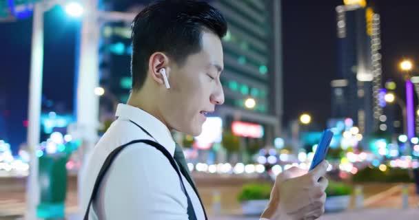 asiatischer Mann trägt drahtlose Ohrhörer