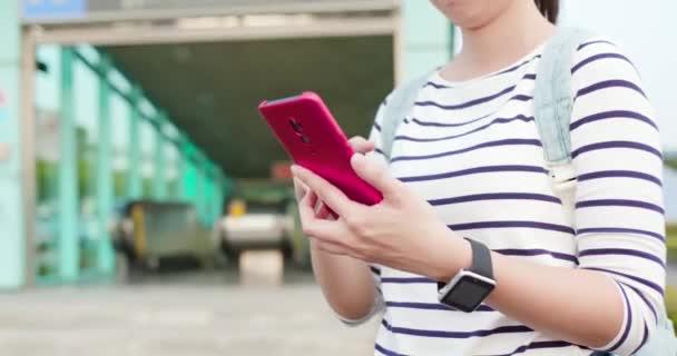 Asiatin benutzt 5g Smartphone