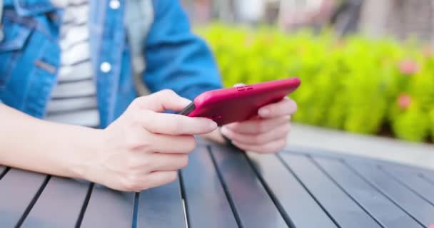 Asijská žena hraje mobilní hru