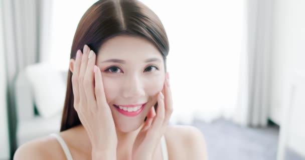 Mladá Asiatka kůže péče o ženu
