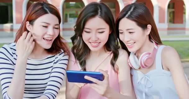 mladí studenti používají smartphone
