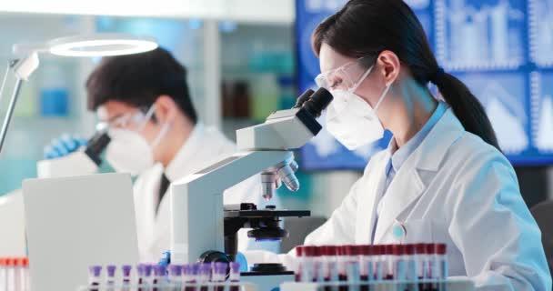 női tudós használata mikroszkóp