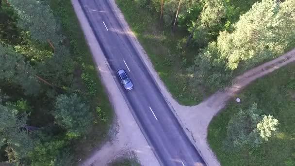 Dvě auta po silnici