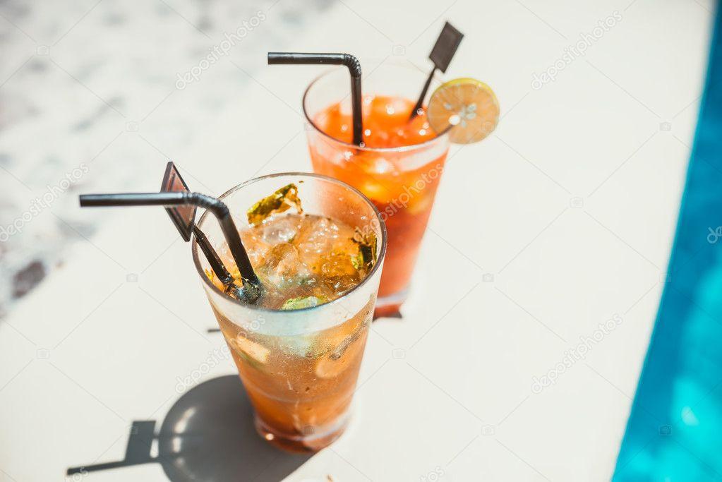 Nahaufnahme von zwei alkoholische Getränke, Mojito mit Limetten und ...