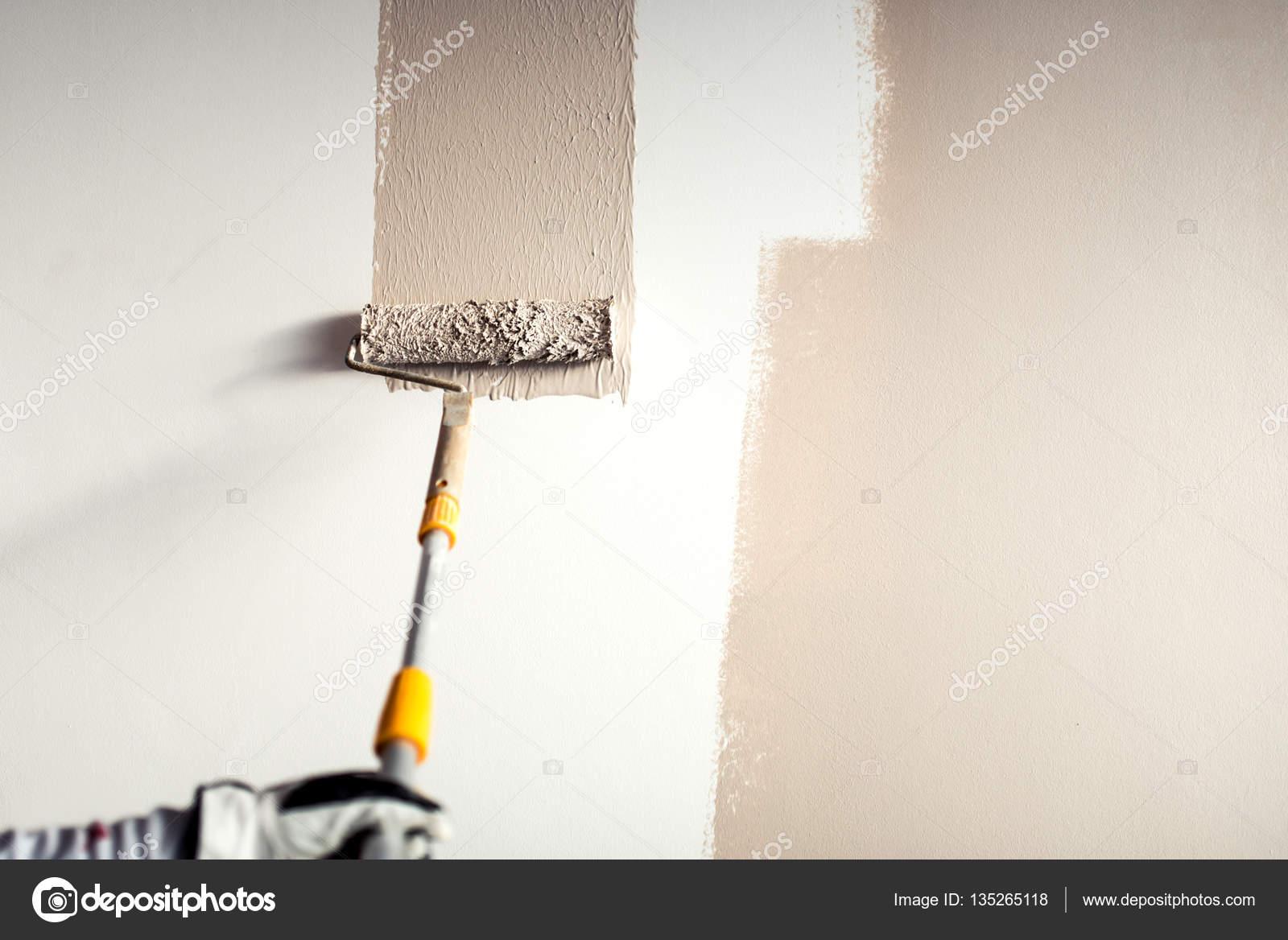 lavoratore professionista intonacare un muro, pittura con ...