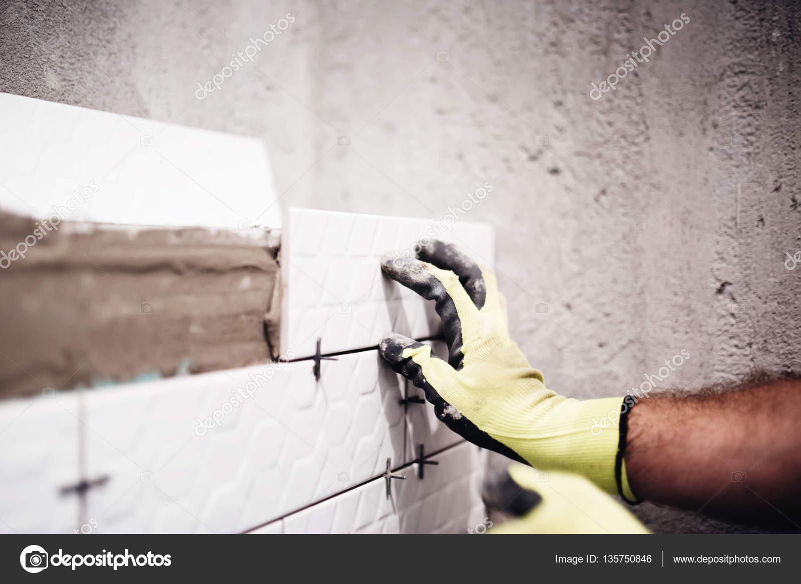 Tegels Badkamer Plaatsen : Industriële werknemer plaatsen van kleine keramische tegels met