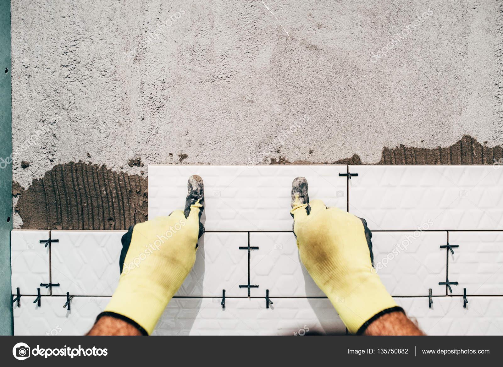 industriële werknemer, klusjesman installeren van kleine keramische ...