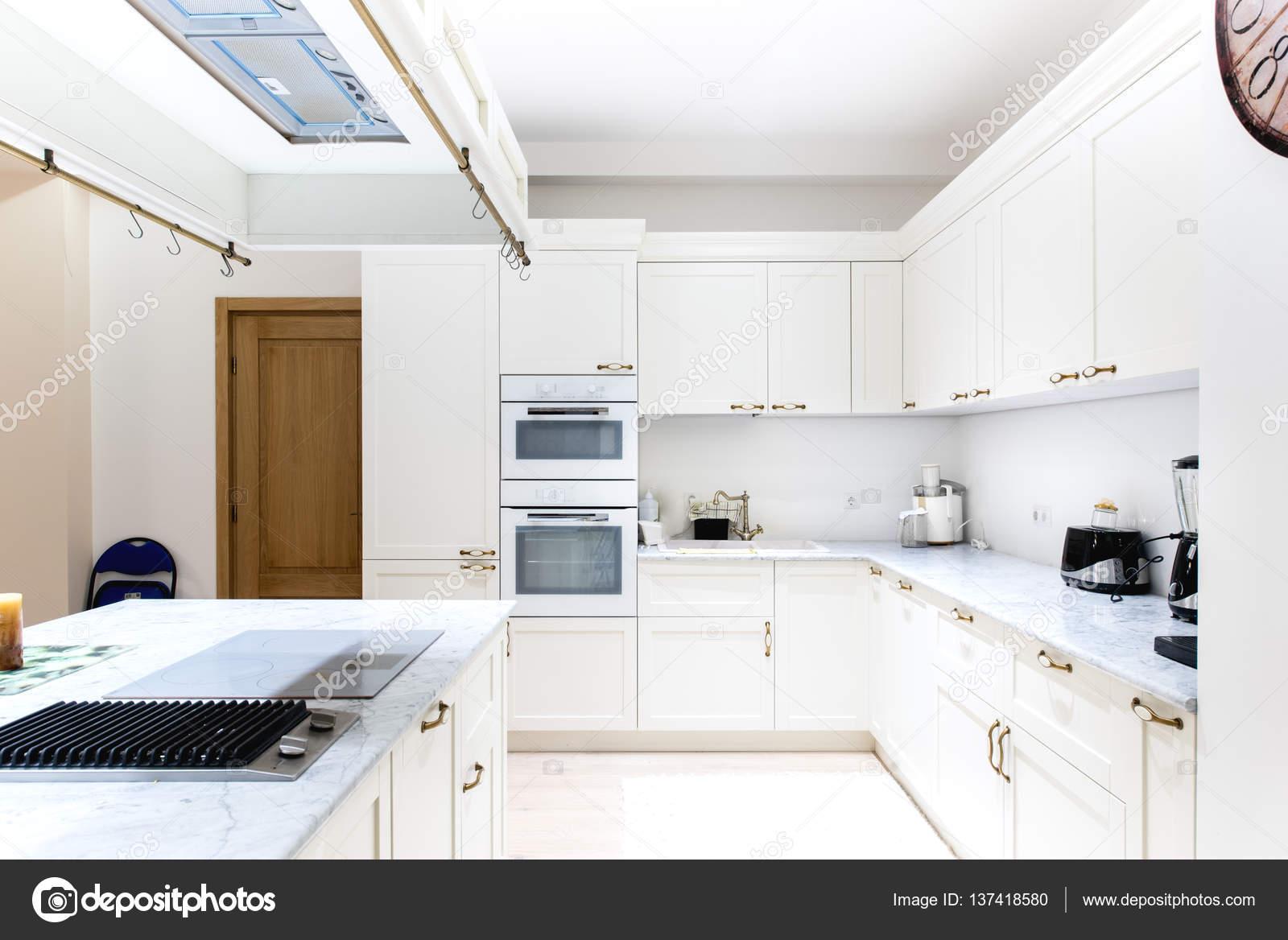 Luxe moderne keuken interieur witte kasten van houten meubilair