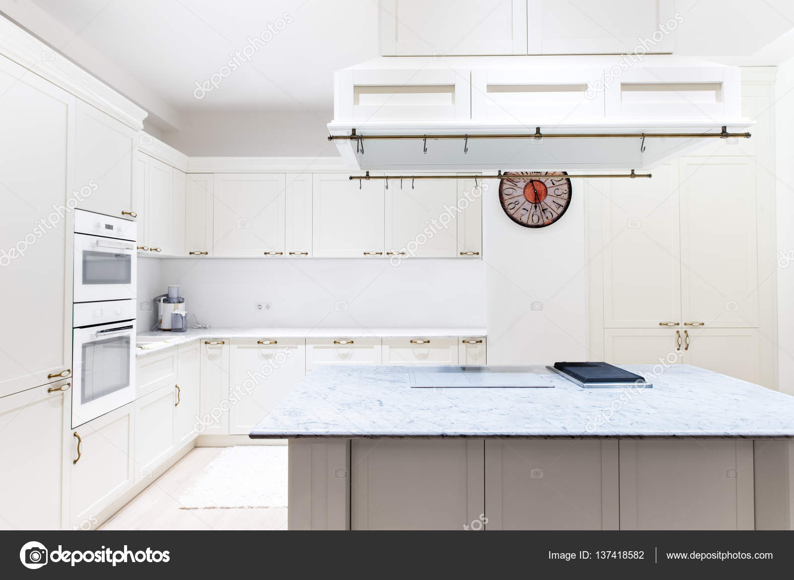 Luxe moderne luxe keuken interieur witte kasten van houten