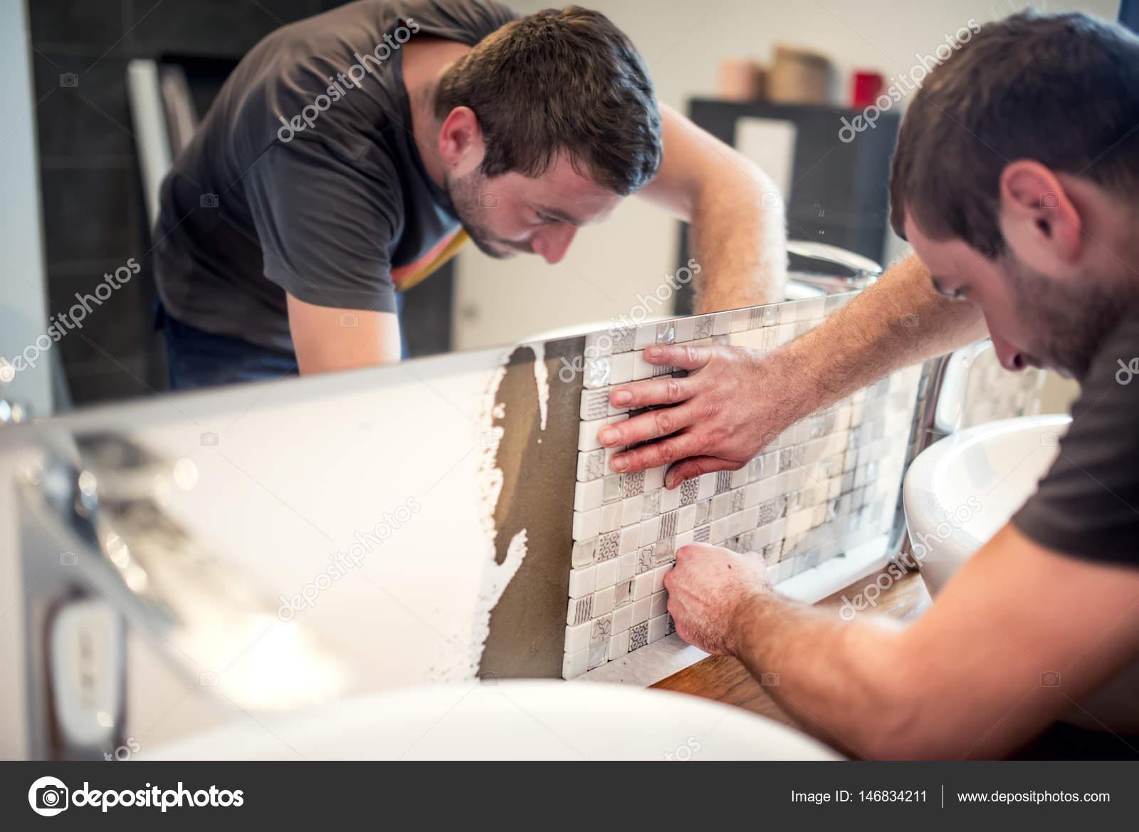 Close up van klusjesman vaststelling en toepassing van keramische ...