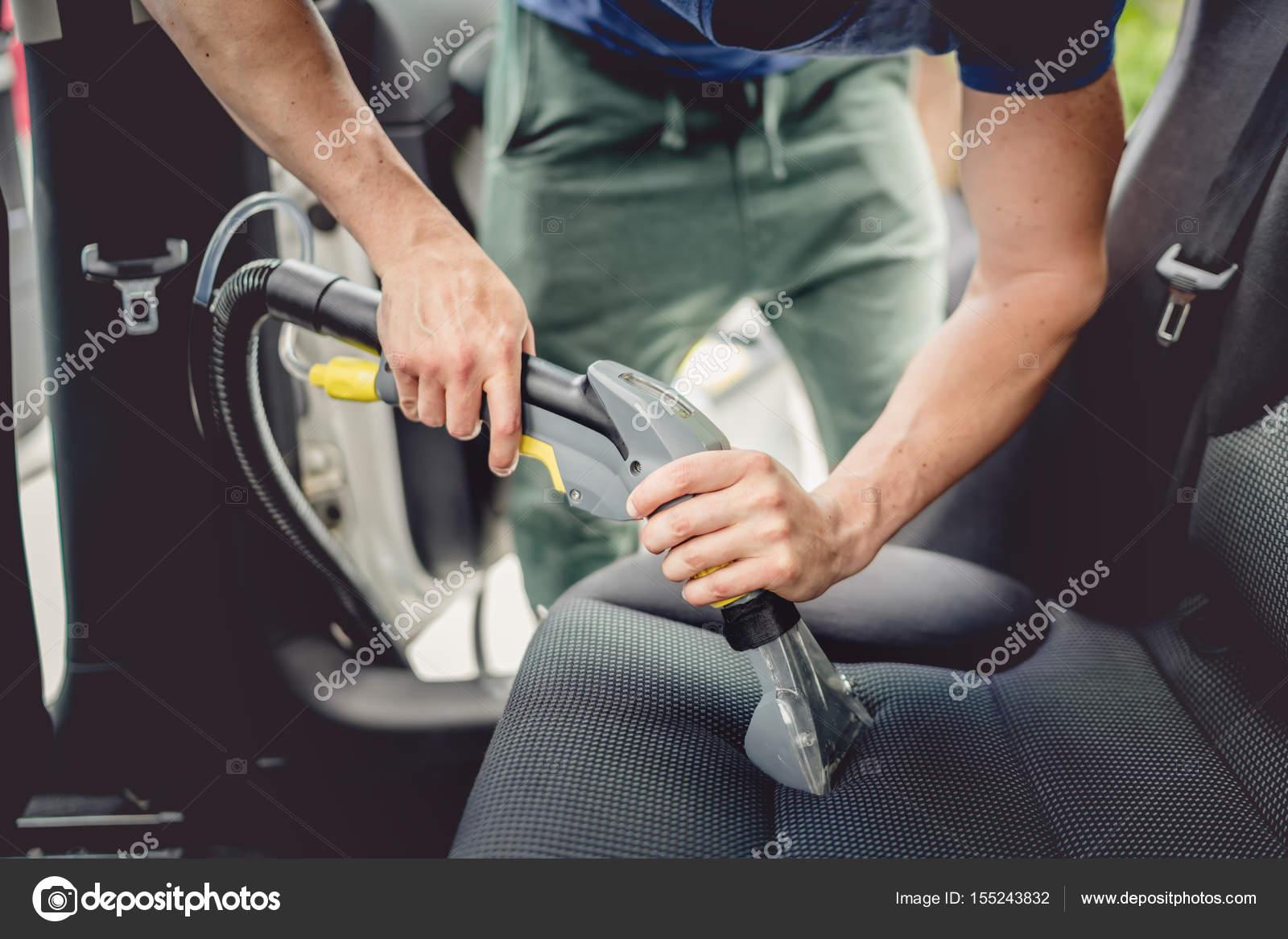 details voor auto reinigings man met behulp van professionele stoom vacum voor vuile auto interieur foto van bogdanhoda