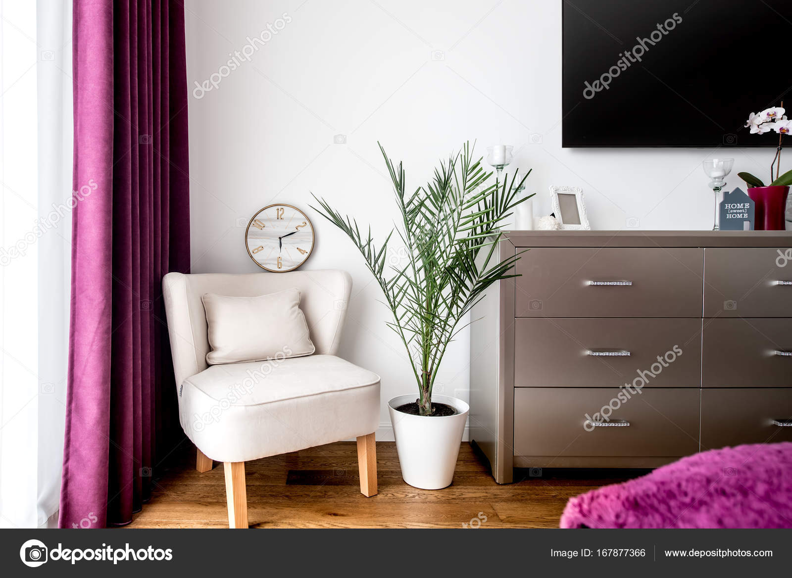 Details Der Dekoration, Sessel Und Tv Stehen In Modernen Schlafzimmer U2014  Foto Von Bogdan.hoda
