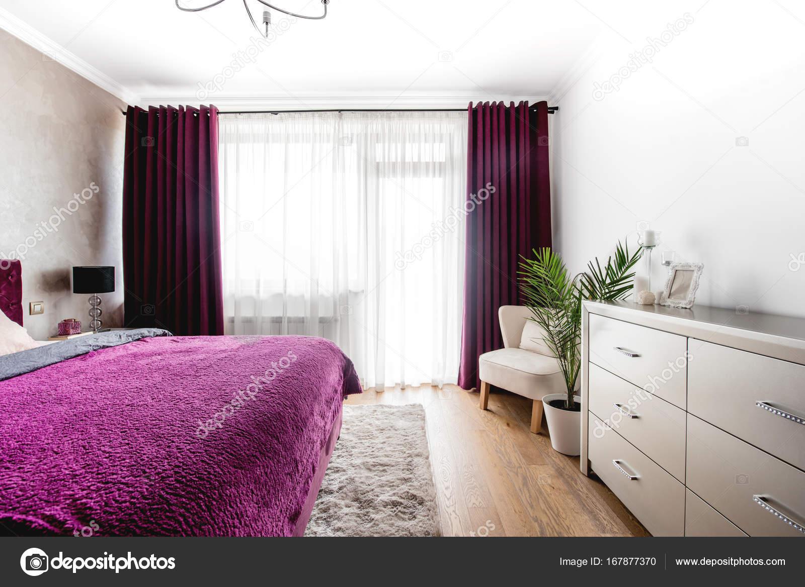 Breed zicht op moderne slaapkamer interieur. modern eigentijds