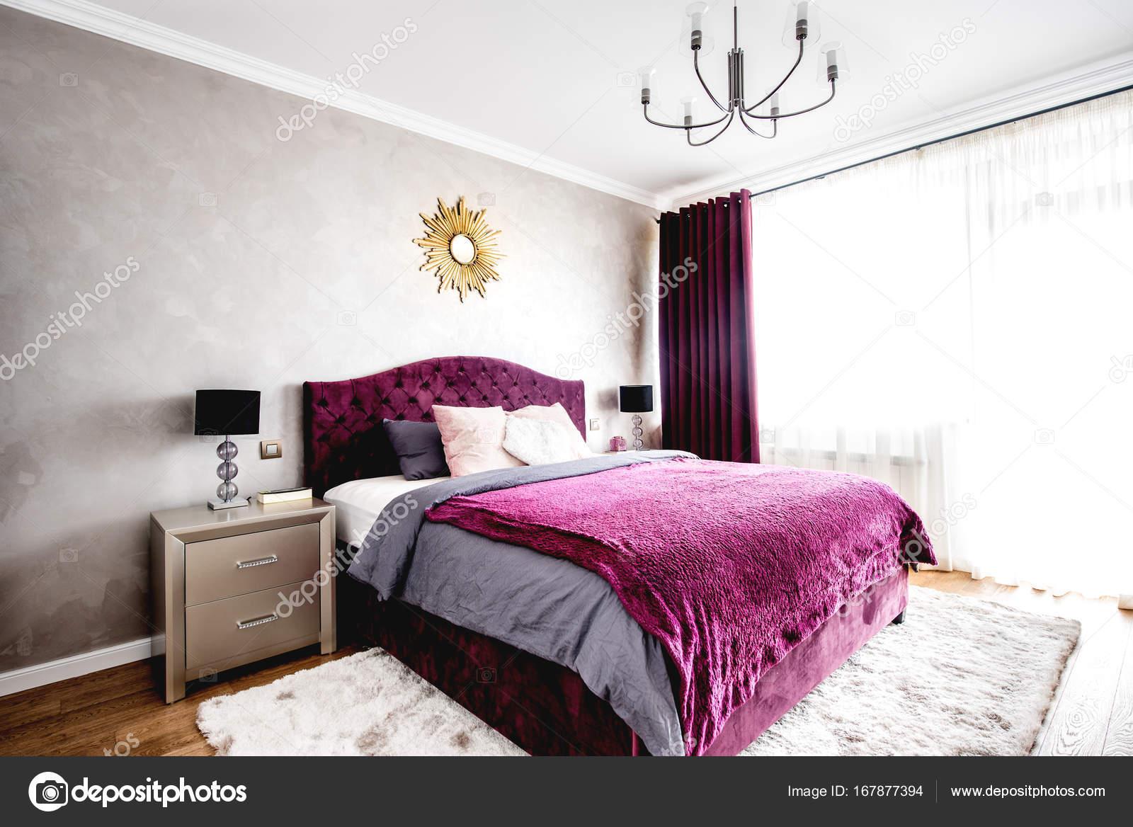 Slaapkamer Warme Kleuren : Ruime slaapkamer met tweepersoonsbed design moderne meubels en