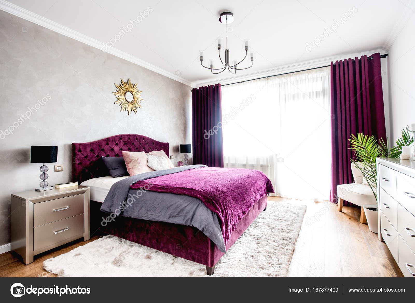 Interno semplice ed elegante camera da letto con letto matrimoniale ...