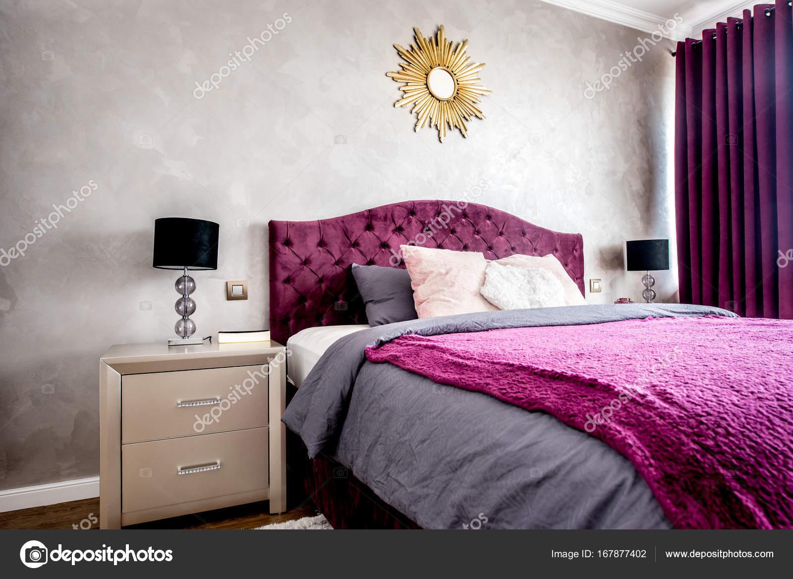 Mooie Slaapkamer Gordijnen : Interieur van paarse mooie gezellige en stijlvolle slaapkamer met