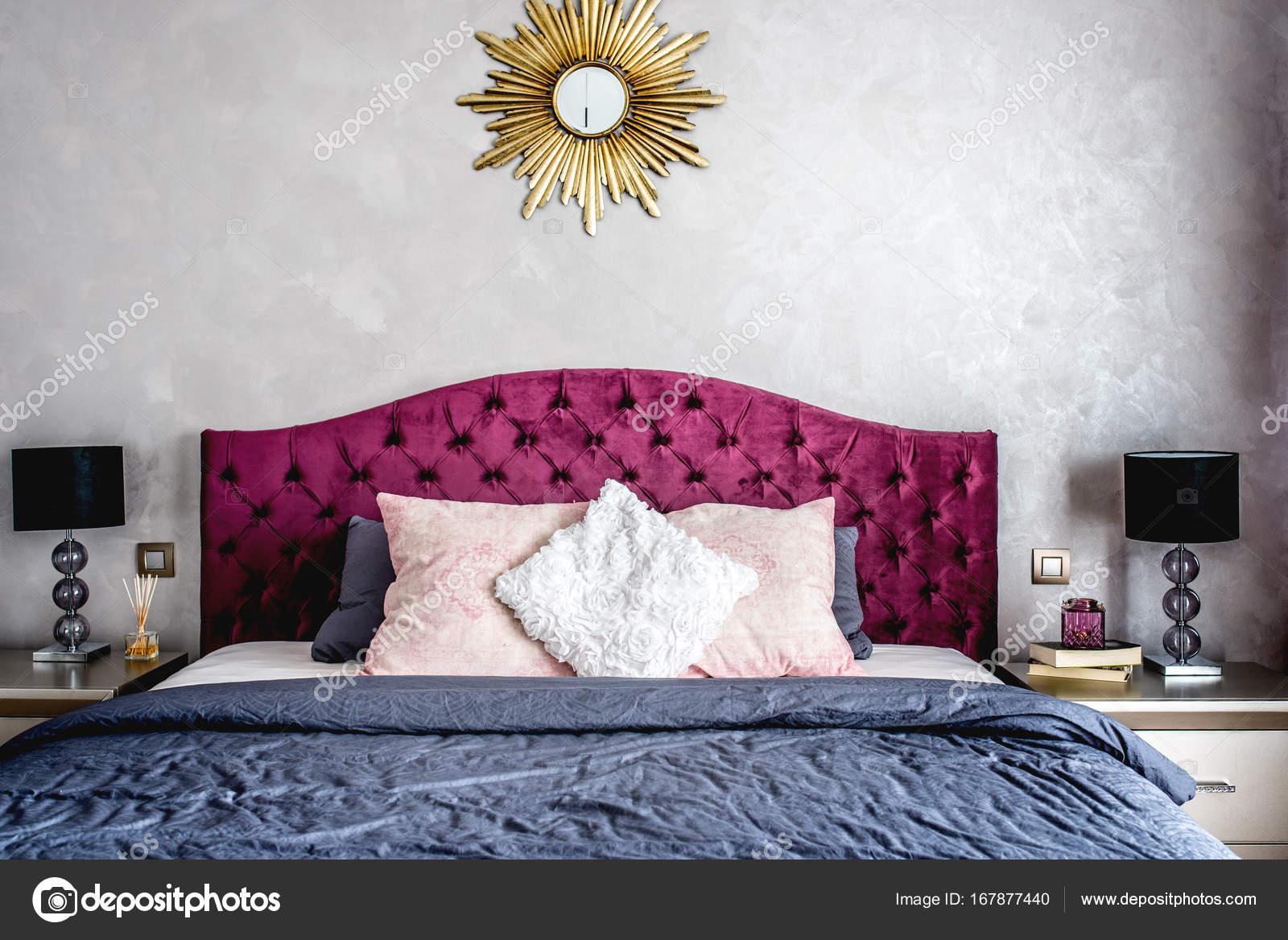 Interiore della camera da letto lussuosa con grigio biancheria da ...