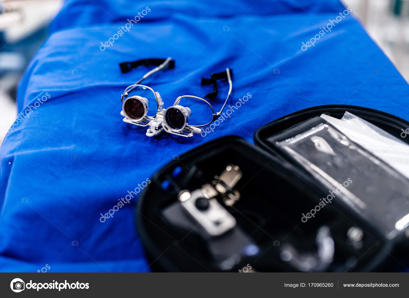 aeb38ee529 Verres-microscope du chirurgien, lunettes loupe bincoluar — Image de ...