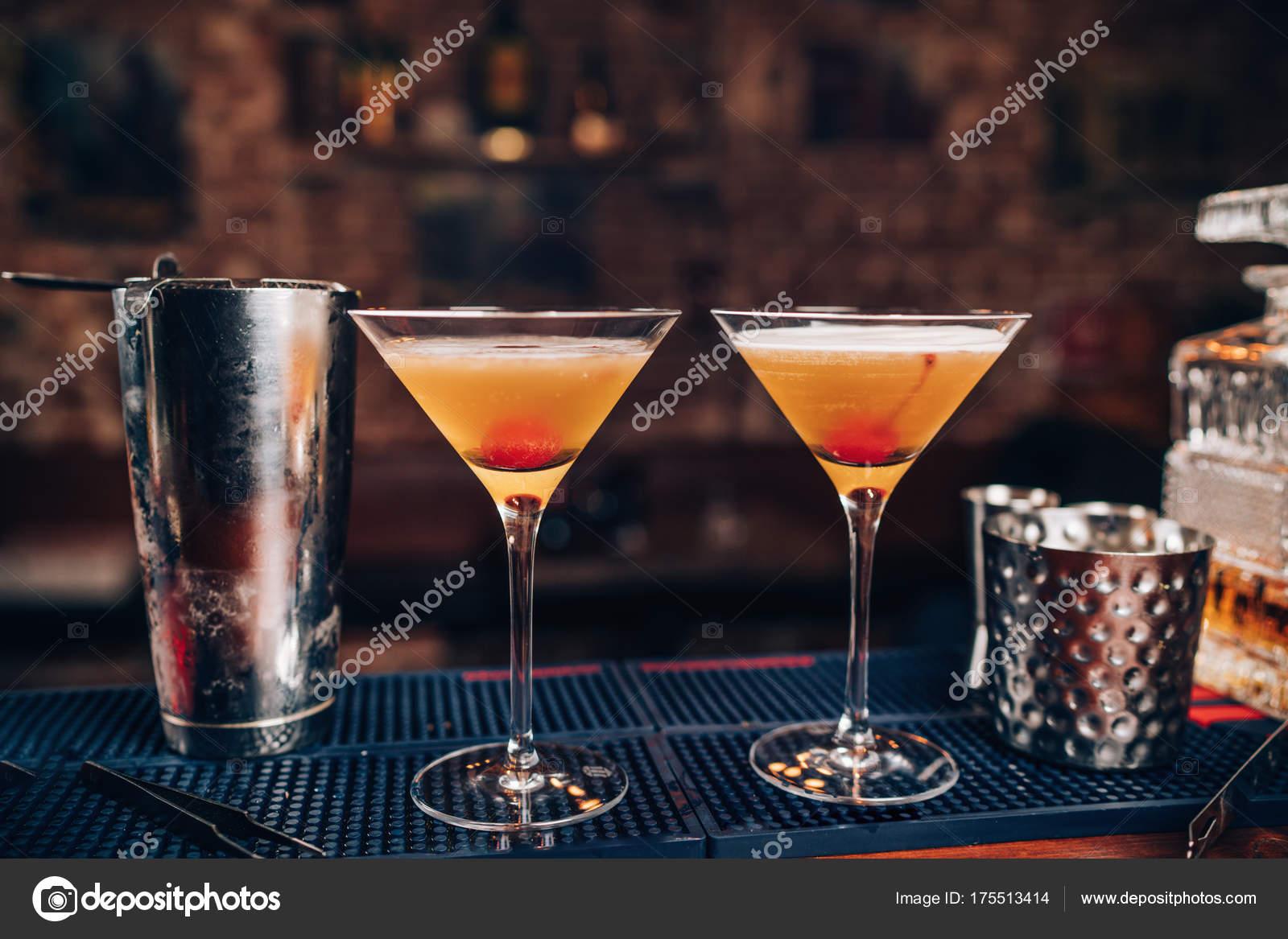 Perfekte Manhattan Cocktails, alkoholische Getränke am Bar. Frische ...