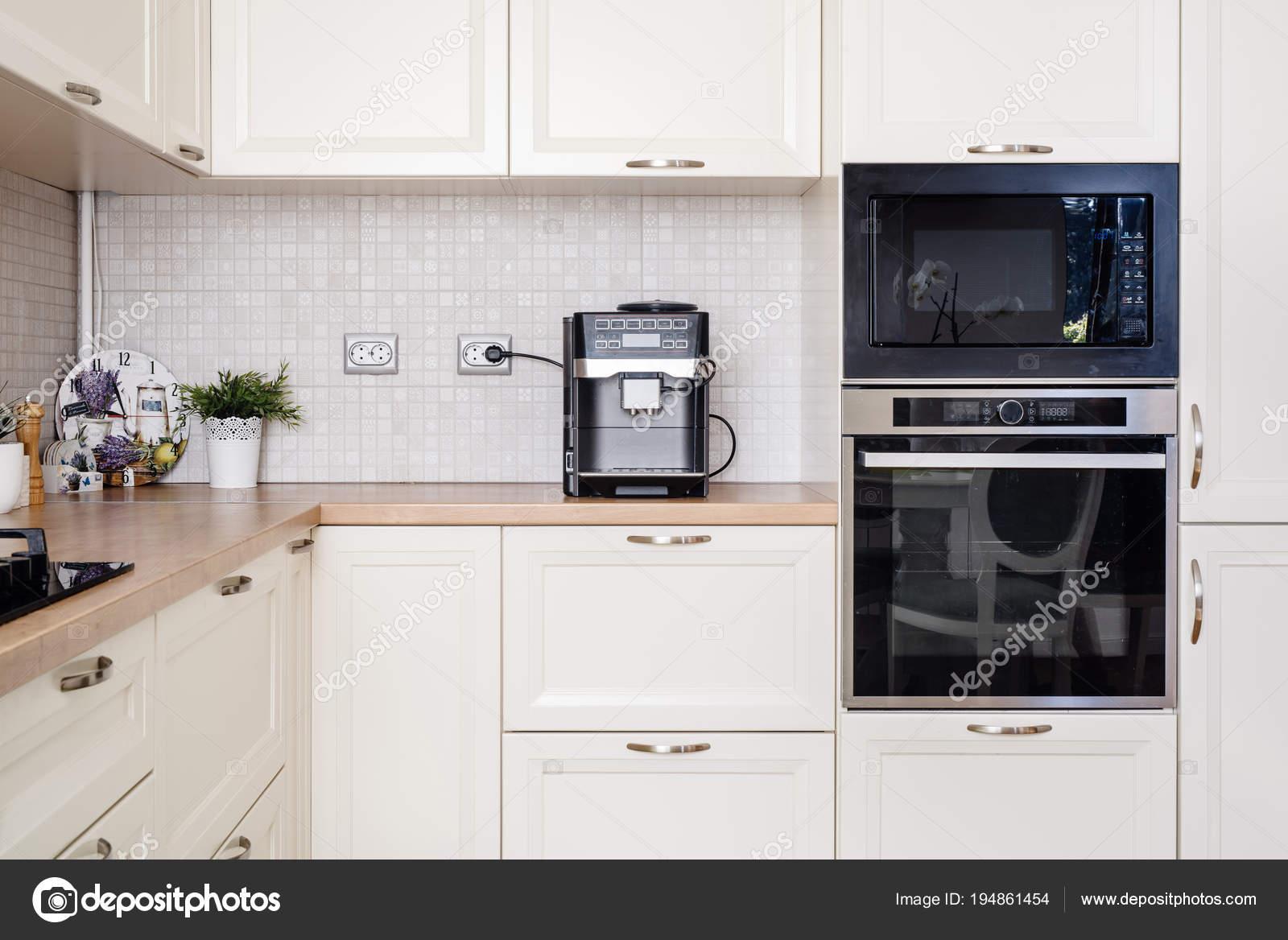 Moderne Designer Kuche Mit Elektrogeraten Und Holzerne Arbeitsplatte