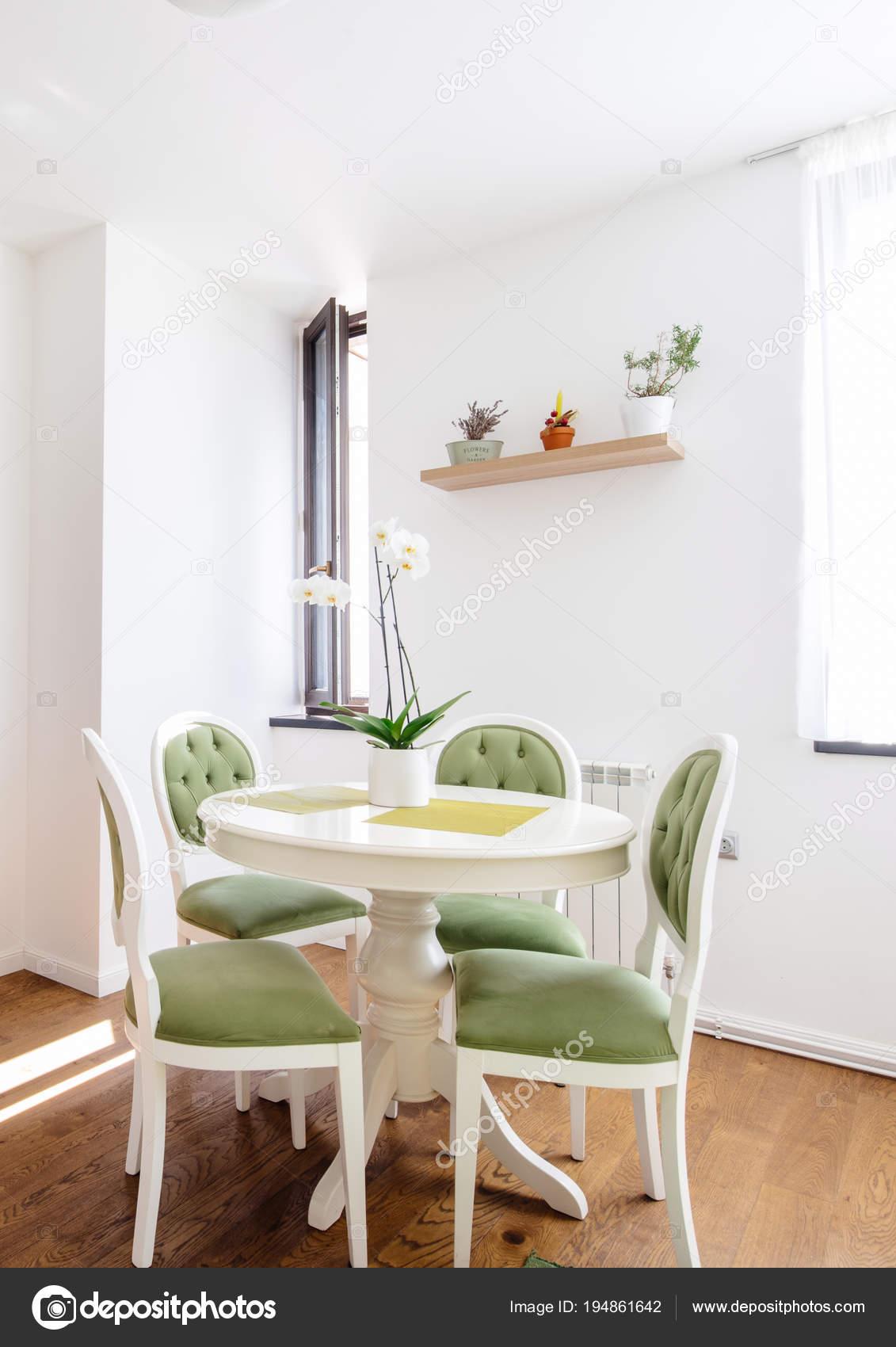 Moderne Eetkamer Stoelen.Moderne Keukentafel Met Eetkamer Stoelen En Houten Vloer