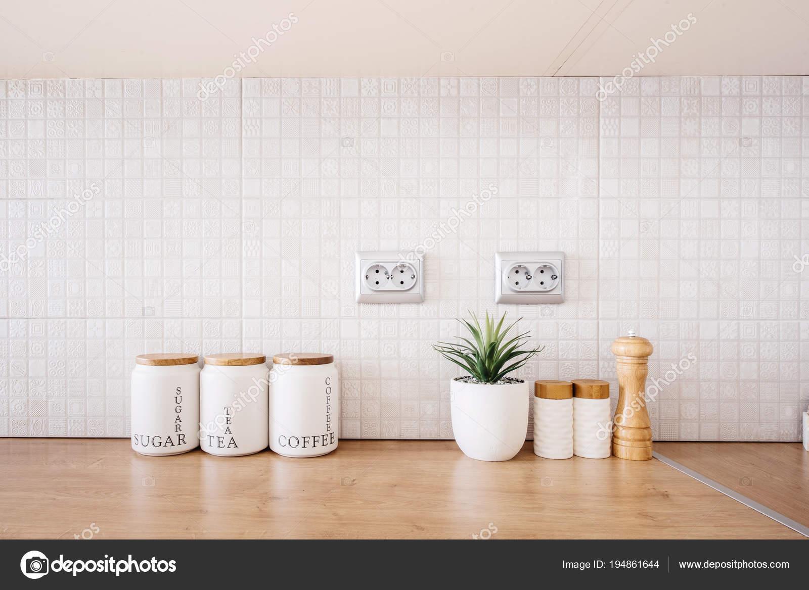 GroBartig Innenraum Schränke In Moderne Küche, Moderne Holzmöbel Mit Zucker, Tee Und  Kaffee Schalen U2014