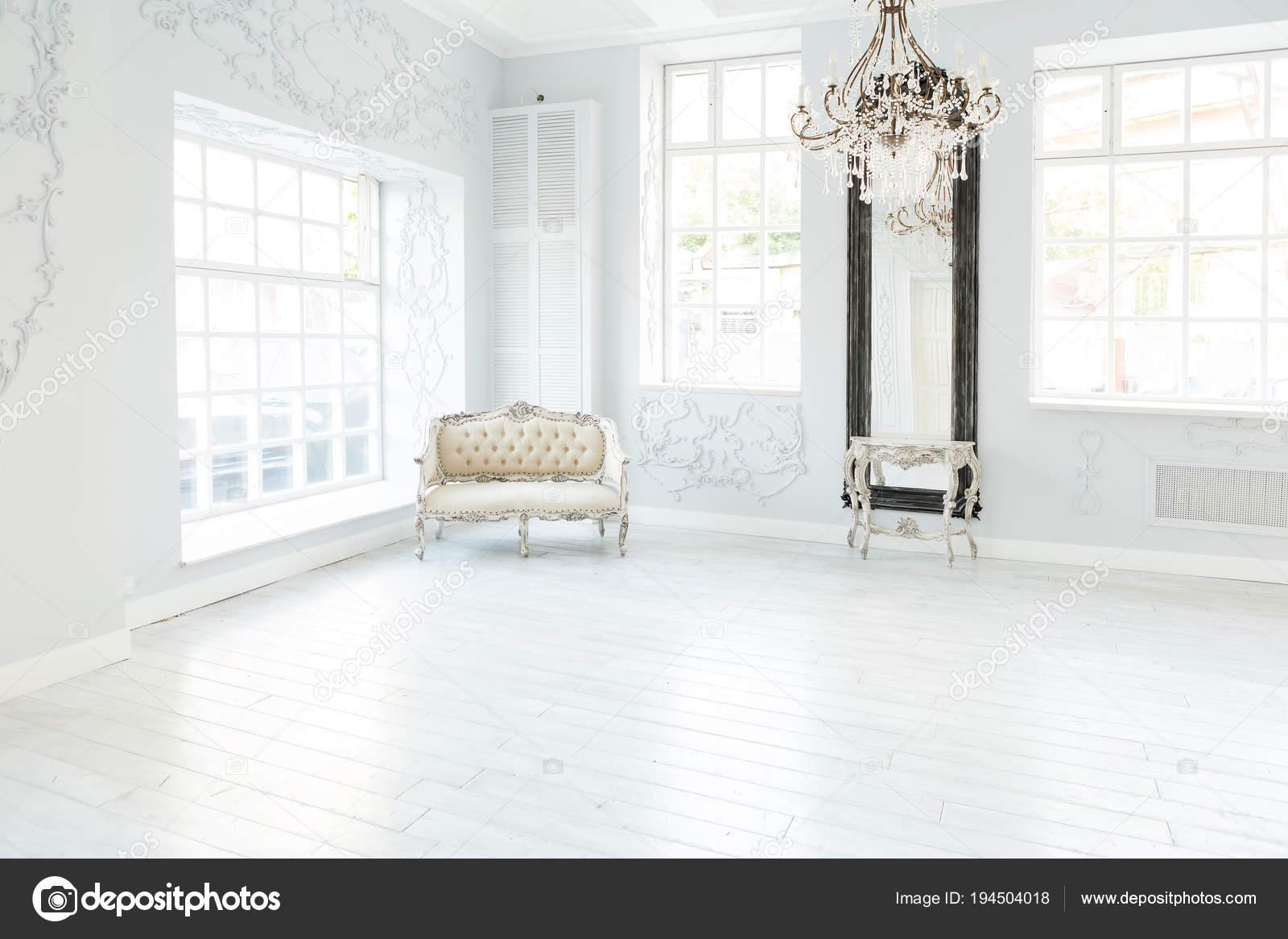 Gallery of lusso ricco salotto interior design con for Idee per decorare pareti soggiorno