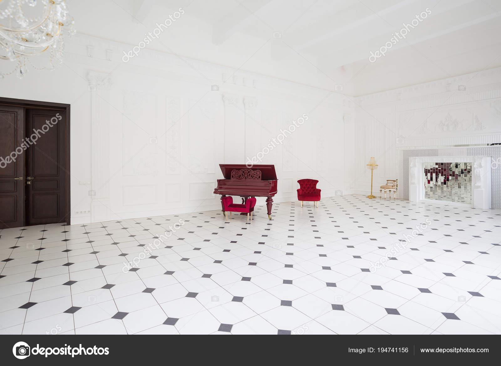 Hall enorme bianca lusso con interni unici bianco nero piastrelle