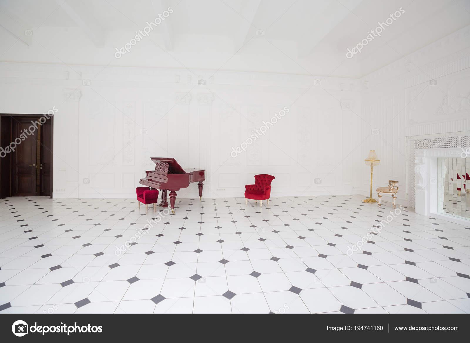 Zwart Witte Tegels : Enorme luxe witte zaal met uniek interieur zwart wit tegels
