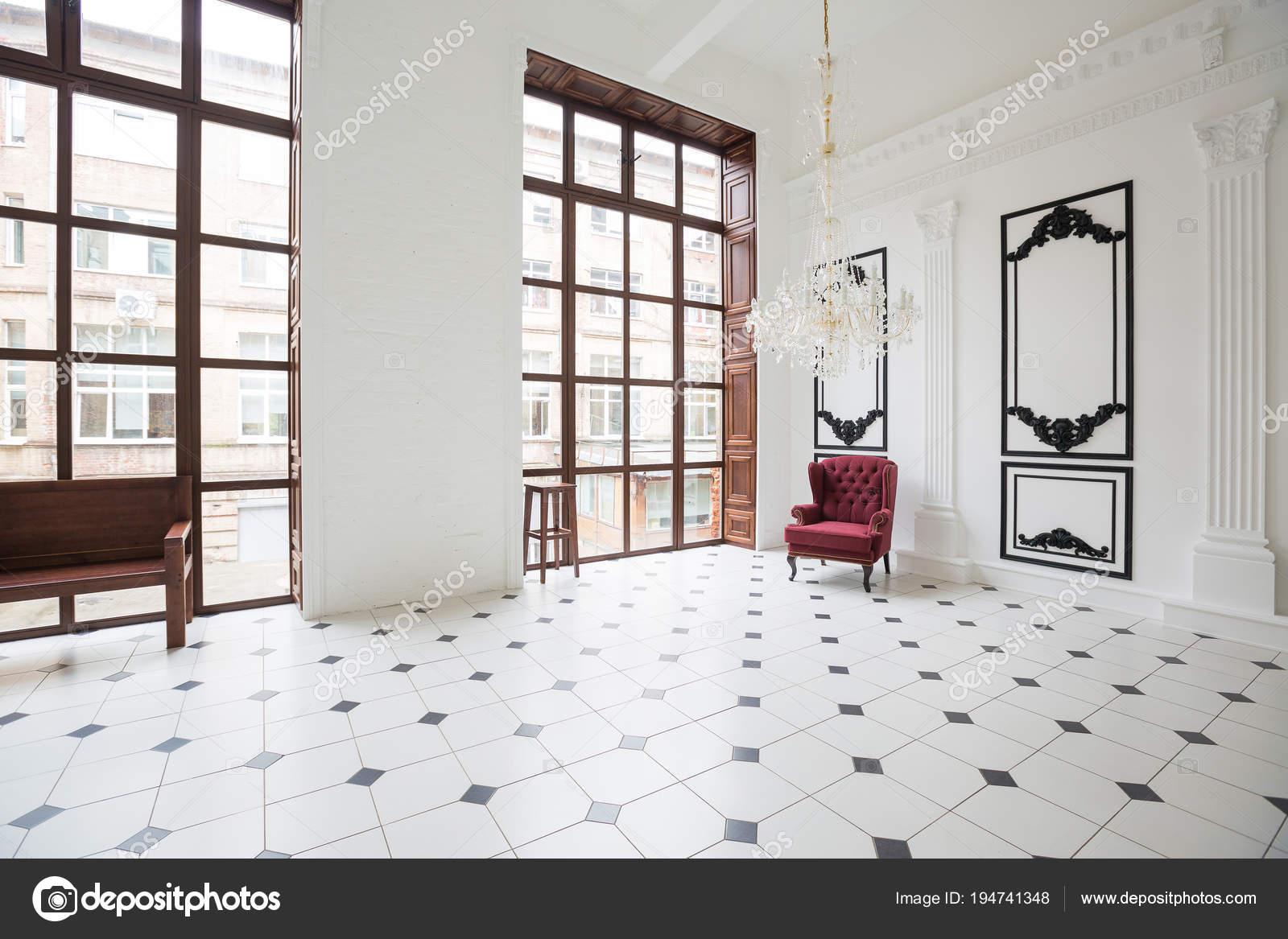 Zwart Wit Tegels : Enorme luxe witte zaal met uniek interieur zwart wit tegels