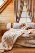 Belseje egy vidéki ház egy fa design, tágas hálószoba a második emeleten