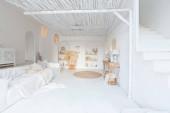 Hangulatos belső világos balinéz stílusú lakás és teljesen fehér falak, fonott bútorok