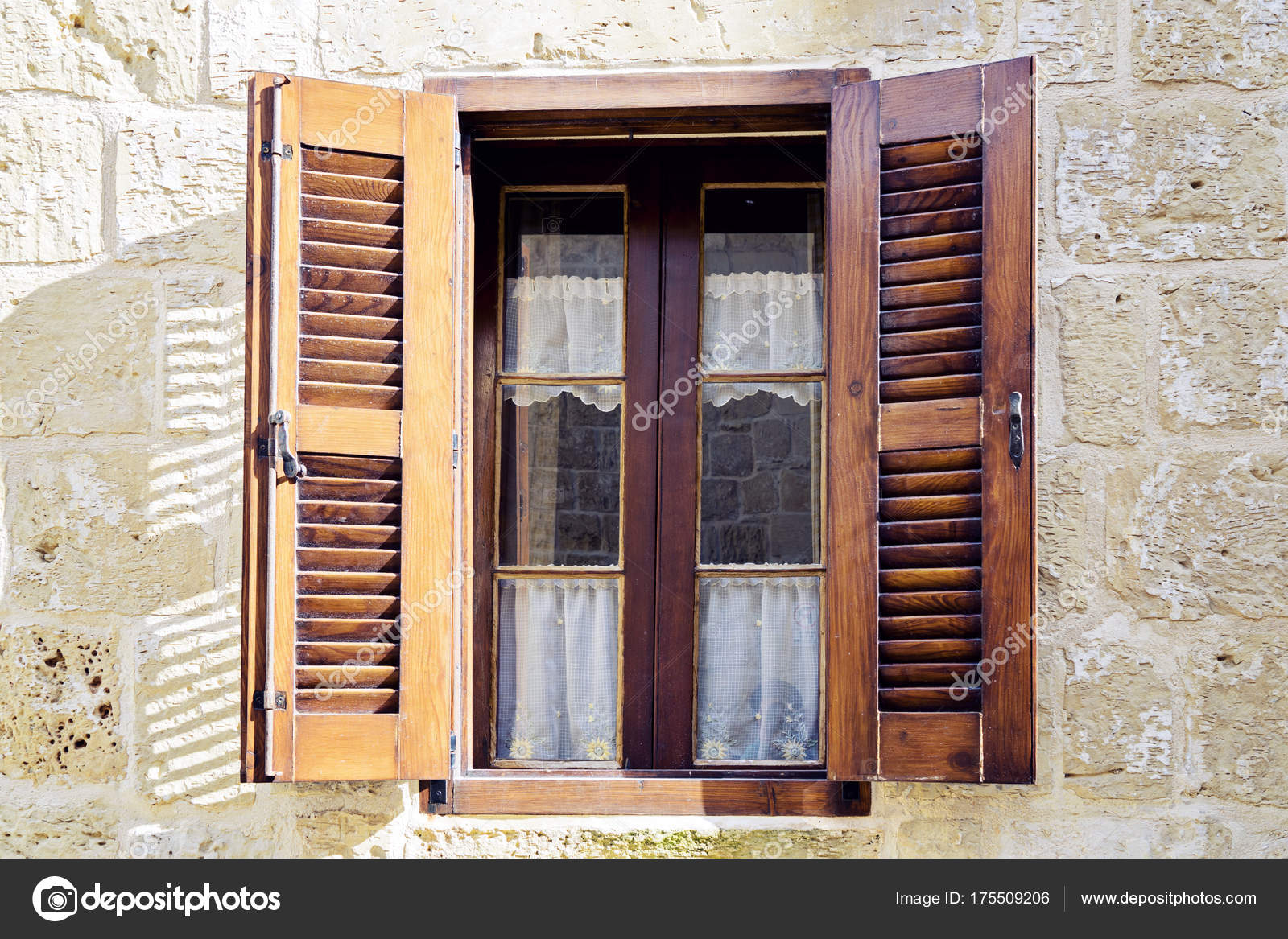 Tradizionale finestra con persiane in legno foto stock for Disegno finestra con persiane