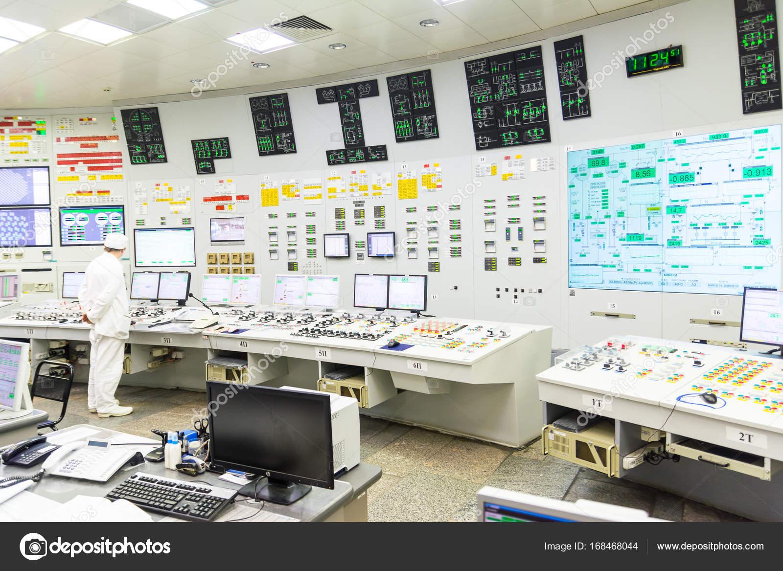 原子力発電所の原子炉制御盤をブ...