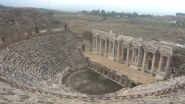 Ruinen des antiken griechisch-römischen Amphitheaters in Myra, alter Name - Demre, Truthahn. Myra ist eine antike Stadt in Lykien, wo sich heute die kleine Stadt Grünkohl in der heutigen Provinz Antalya in der Türkei befindet