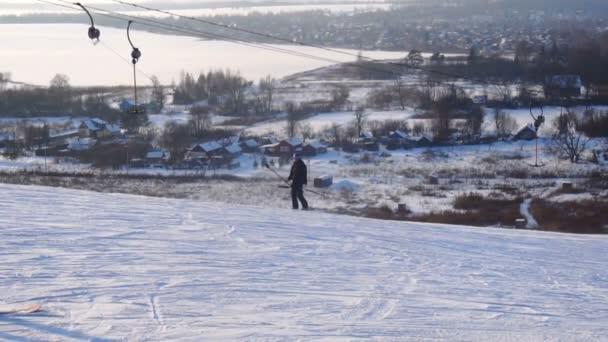Krajina zimní snímky lyžařské středisko, lyžařský vlek, fárání sjezdové snowboardisty a lyžaře