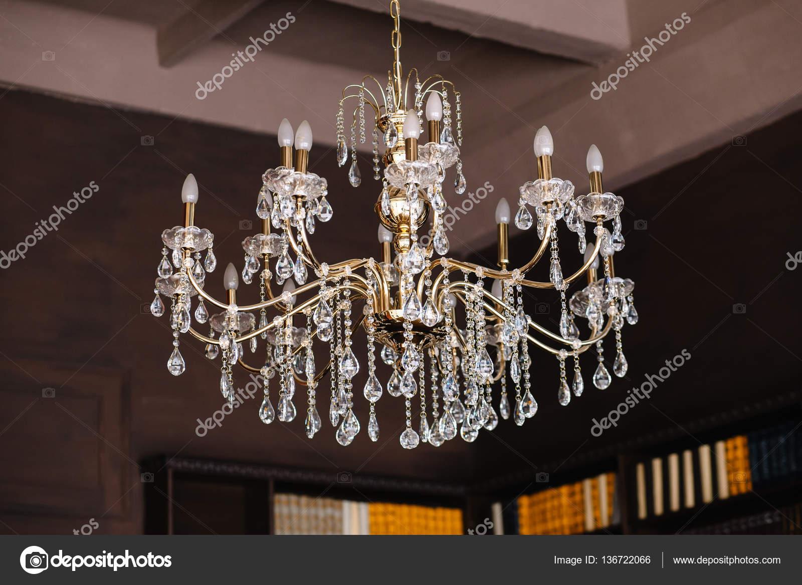 Kristall Perlen Kronleuchter ~ Gold kronleuchter mit perlen verziert u stockfoto pilgrimiracle