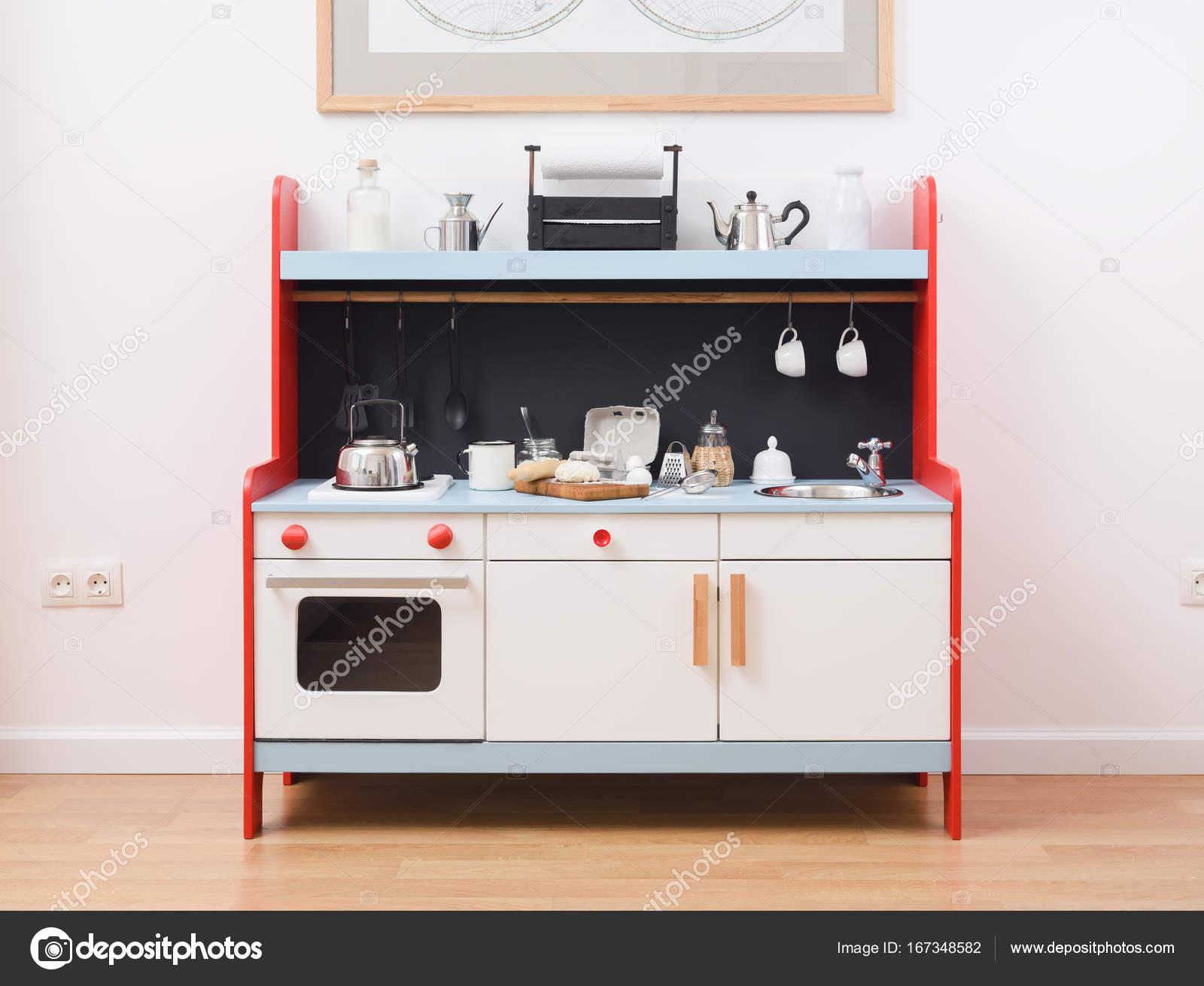 Küche und Spielzeug Geschirr für Kinder zu spielen. Teig für Kekse ...