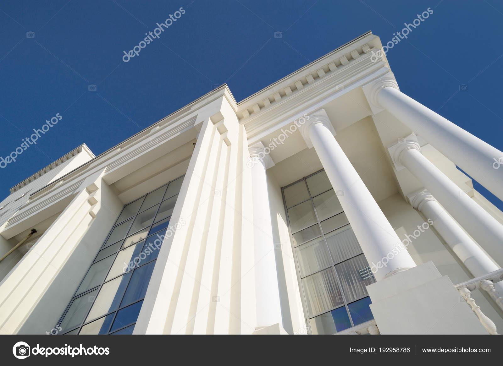 Klassieke stijl wit detail van de gevel met pilaren tegen gebouw